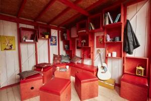 Le rangement caisson est une idée originale et fonctionnelle dans ce salon (photo de Joshua Woodsman)..