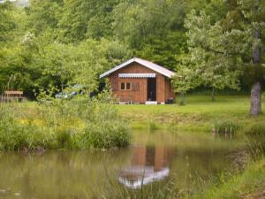 Le chalet au bord de l'étang appelle à la détente.