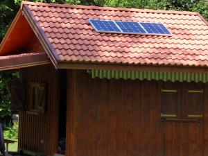 Les panneaux solaires implantés sur le chalet de Francis.