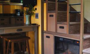Un espace optimisé et lumineux. Le poêle intégré offre à l'intérieur une ambiance cocooning.