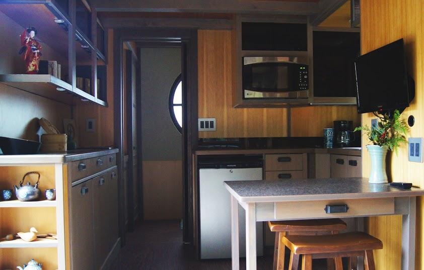 Une tiny house d 39 inspiration asiatique tiny house for Cuisine equipee fonctionnelle