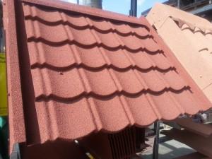 Il existe plusieurs types de matériaux pour la toiture d'une Tiny house, en voici un exemple.