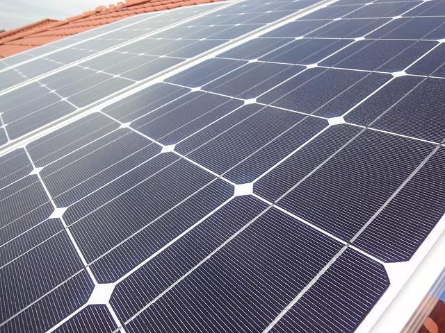 Des panneaux solaires pour une Tiny house autonome.