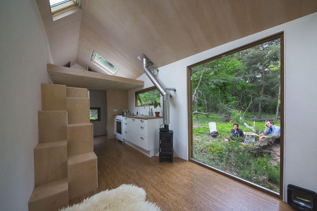 De grandes ouvertures apportent beaucoup de luminosité dans cette Tiny house . Crédits Photo: Lena van der Wal