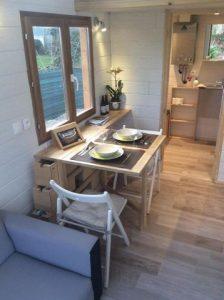 Un intérieur de Tiny house fonctionnel. Les normes sont respectées et l'espace apporte un confort de vie. Crédit photo: Ossatur
