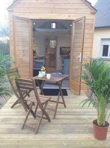 Une Tiny house en vente, tout confort. Un micro espace utile, pratique avec des rangements divers.