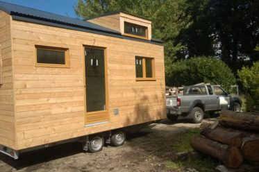 Une mini maison et un châssis roulant.